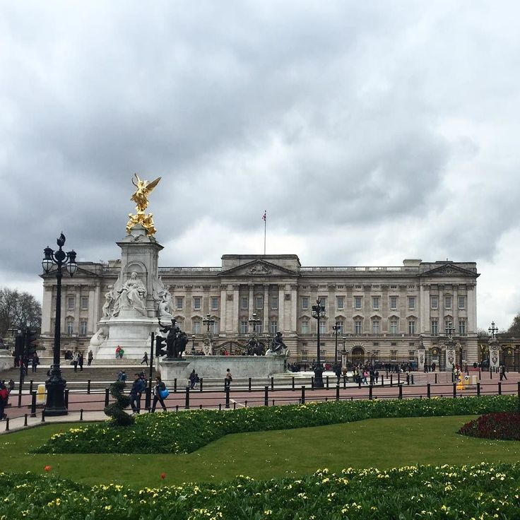 Man Gets Detained Outside Buckingham Palace After He Was Seen With A Knife